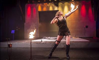 Feuerschluckerin Jennifer Gasser | 1000 Frauen
