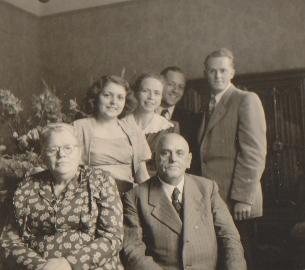 Alma und Fritz Jacobs mit ihren beiden Söhnen Gerhard und Friedhelm und deren Bräuten.