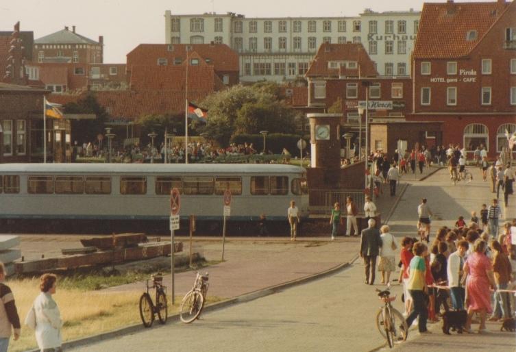 Blick auf Bahnsteig und Kurplatz 1980