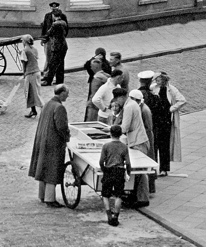 um 1930, Peter Peter's mit seiner Fisch(Aal)karre