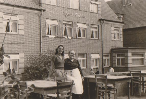 Chefin Olga Worch mit einer Gastdame auf der Hotelterrasse ,1949
