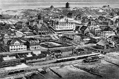 1926 Blick über den Inselbahnhof und den Ort mit dem HOTEL WORCH (linke obere Bildhälfte) noch mit einem Zugang von der Wilhelmstraße.