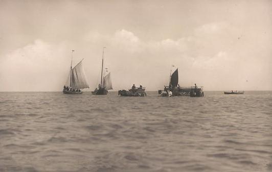 """um 1900 Juist,Gäste werden an Land geholt,hochrädige Kutschen fuhren zu den Schiffen  und ganz langsam an ihnen vorbei, Gäste mußten """"rüberspringen""""."""