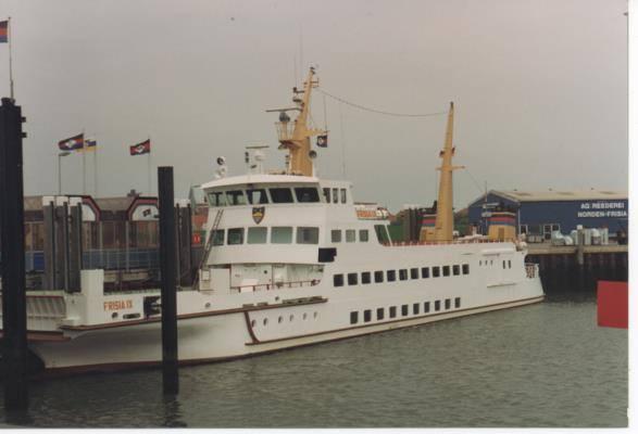 Frisia IX Baujahr 1980 (unten). Das Foto (oben) zeigt sie nach dem Umbau!  1993 wurde sie umgebaut von 42 Meter auf 57 Meter . Auch gut zu erkennen, da nach dem Umbau der Kran am Bug fehlt.