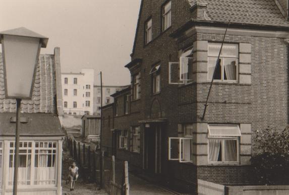 1949 , links die Veranda vom Haus des Kapitän Eilers, rechts das Haus WORCH