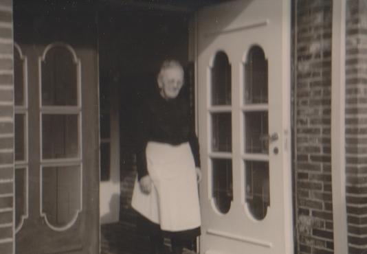 Ella Stein , Schwester von Olga Worch , als Hausdame im Haus Worch