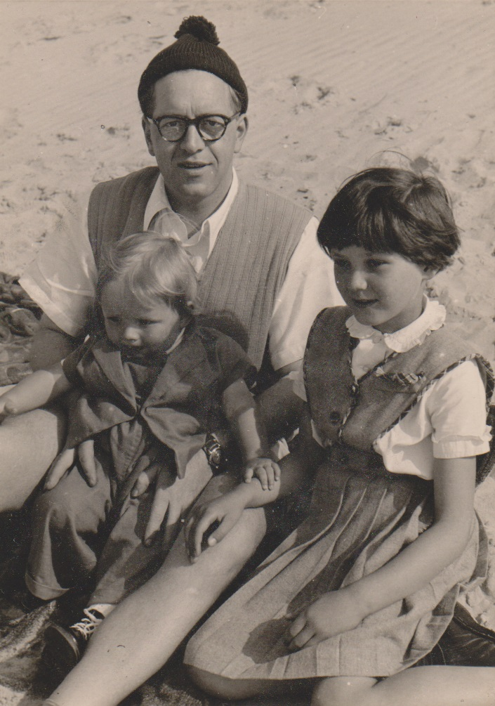 September 1954 , mit PAPA am Strand, rechts Cousine Undine.