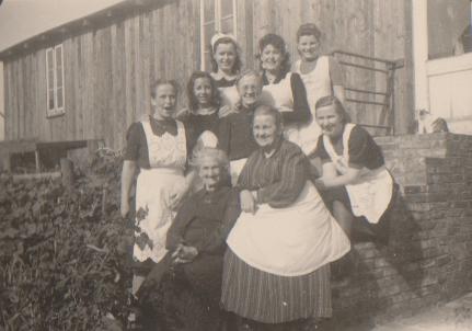 Chefin OlgaWorch im Kreise der Familie und Mitarbeiterinnen, 1949