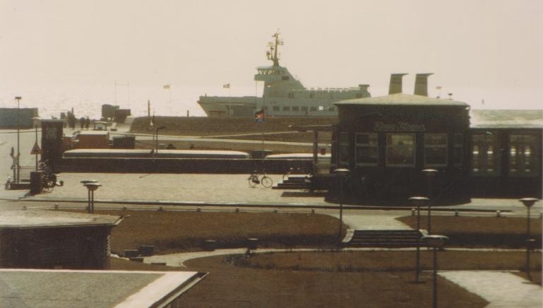 in / an der NOTVERSORGUNGs - Anlage legt als erstes Schiff die Frisia II an ,  . März 1982