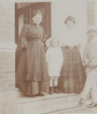Oma Worch (Mutter von Franz, ganz links) mit Tochter Magarete und deren Familie im Hoteleingang.