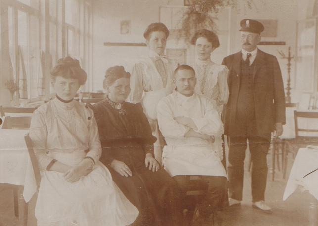 (Mutter von Franz) , ganz links die erste Mitarbeiterin Lenchen Kranz.