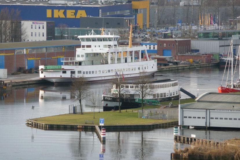 Die Frisia V hat Papenburg wieder verlassen und liegt nun in Groningen.  Sie wurde gestern (26.1.2017) dorthin geschleppt.  Vielen Dank für das Foto an © Bert Oosterloo.