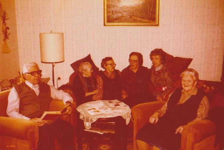 ca. 1980, in Groß Düngen : vl. Onkel Gottfried , Tante Ella u. Tante Marie (Schwestern von Olga Worch,geb. Stein), Tante Lieselotte -WORCH- , Jutta -Müller- ,         -Oma Düngen- ,