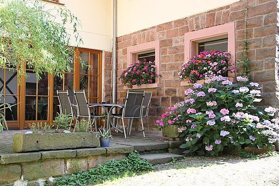 Ferienhof Hölzleberg - Ferienwohnung im Schwarzwald mit Pool, mit Schwimmbad, Ferienwohnung Schwarzwald von privat in Durbach - Sitzplatz für Gäste