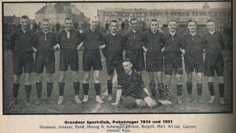 Die Mannschaft des Stadtpokalsiegers von 1921, dem Dresdner SC, vor dem Finalspiel im Stadion Dresden-Neustadt. (Kampf - Zentralorgan Mitteldeutscher Sportsleute, Jahrgang 3)