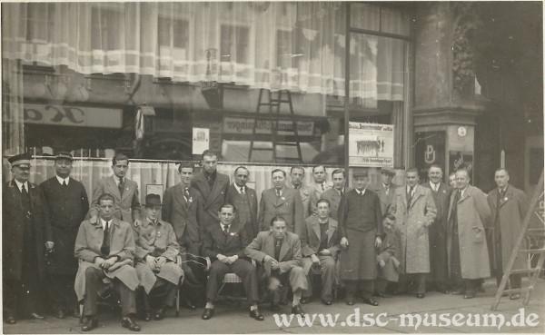 Die Rapid-Mannschaft vor ihrem Hotel in Dresden.