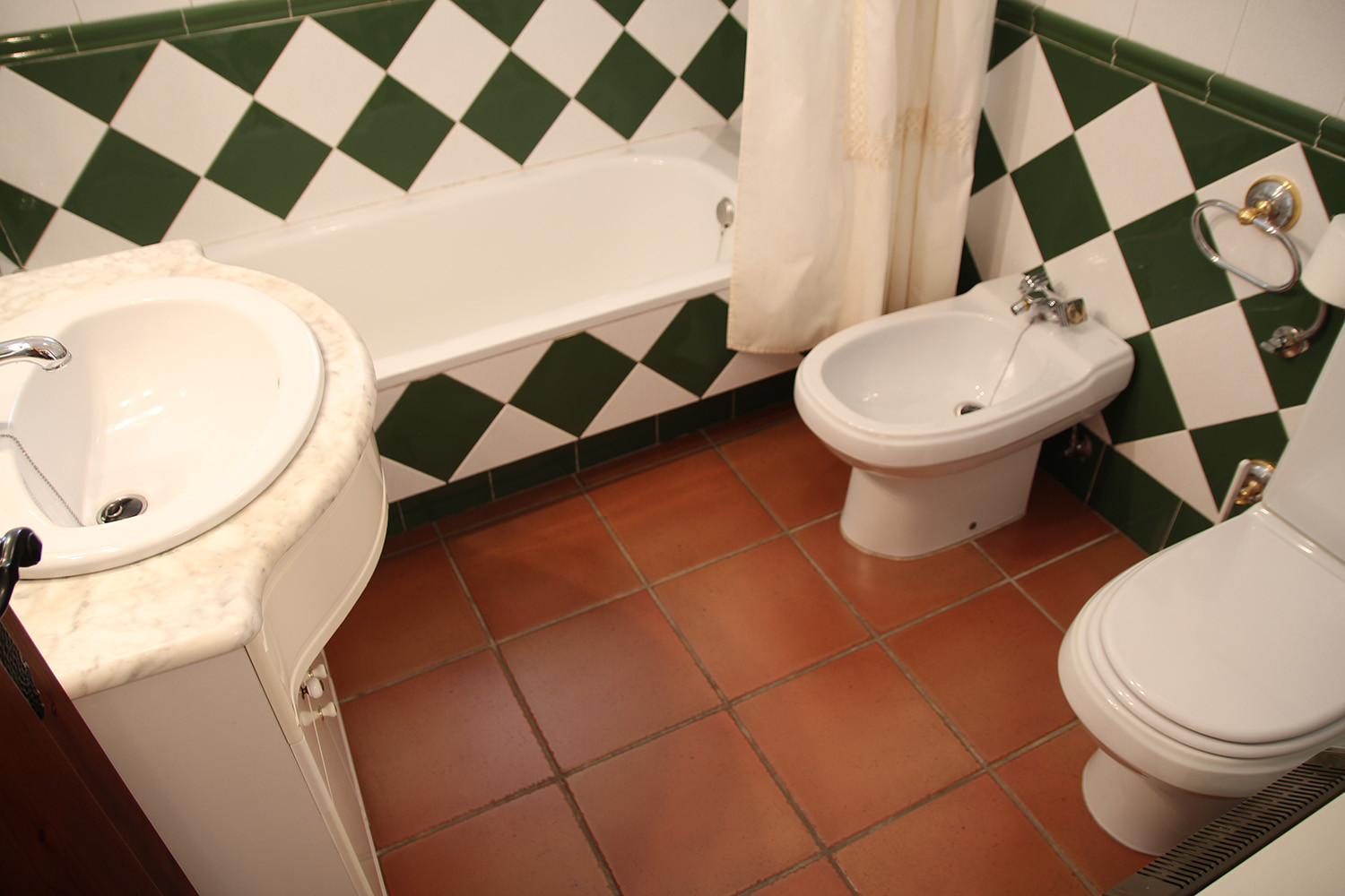 Bathroom 1 (ground floor)