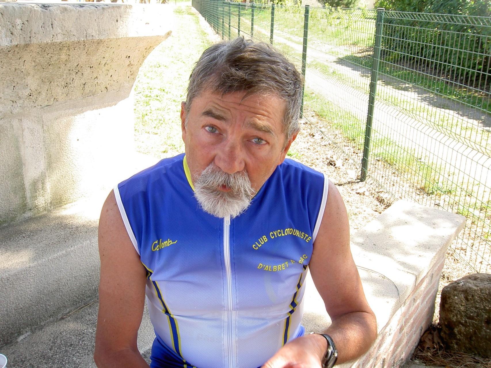 Francis,  bardé de pansements , aussi bleus que ses yeux..mhmmmm...mais cela ne se voit pas (genoux et cheville)