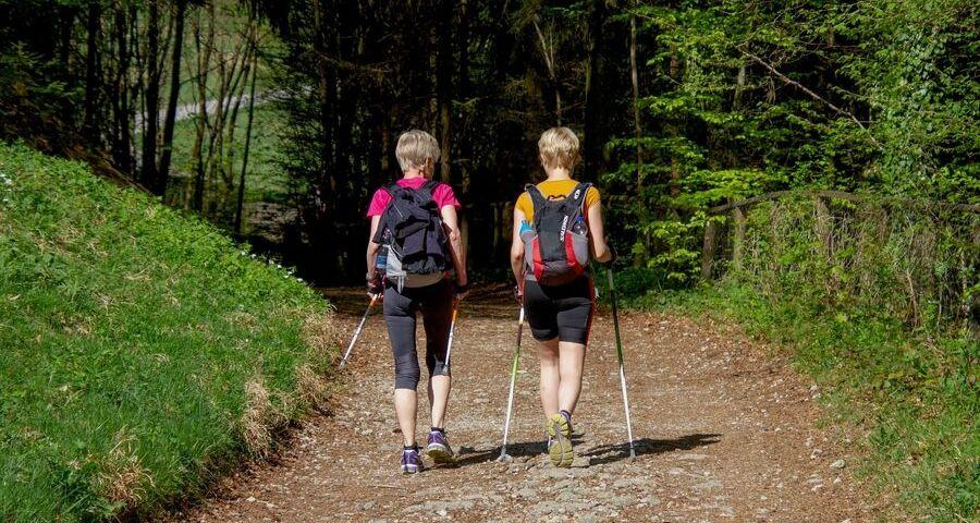 Zwei Frauen Weg Nordic Walking