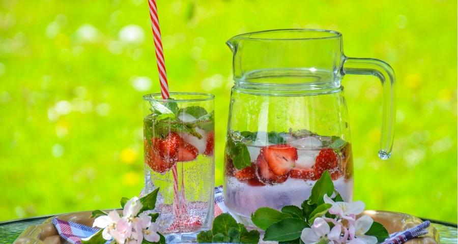 Wasser mit Erdbeeren.