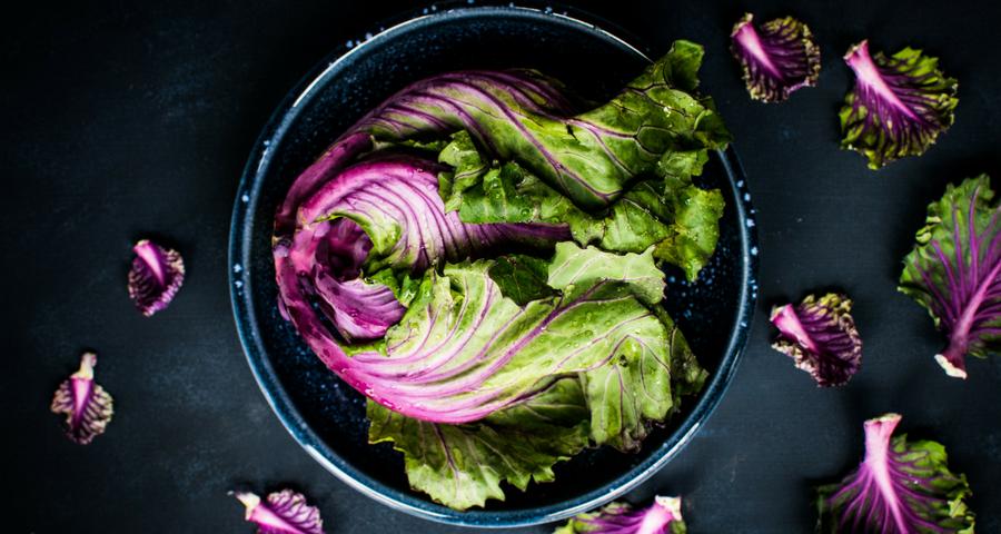 Intermittierendes Fasten, Salat in der Schüssel