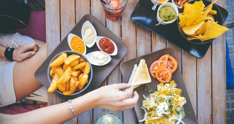 Kartoffelwedges und Tortillachips mit Guacamole