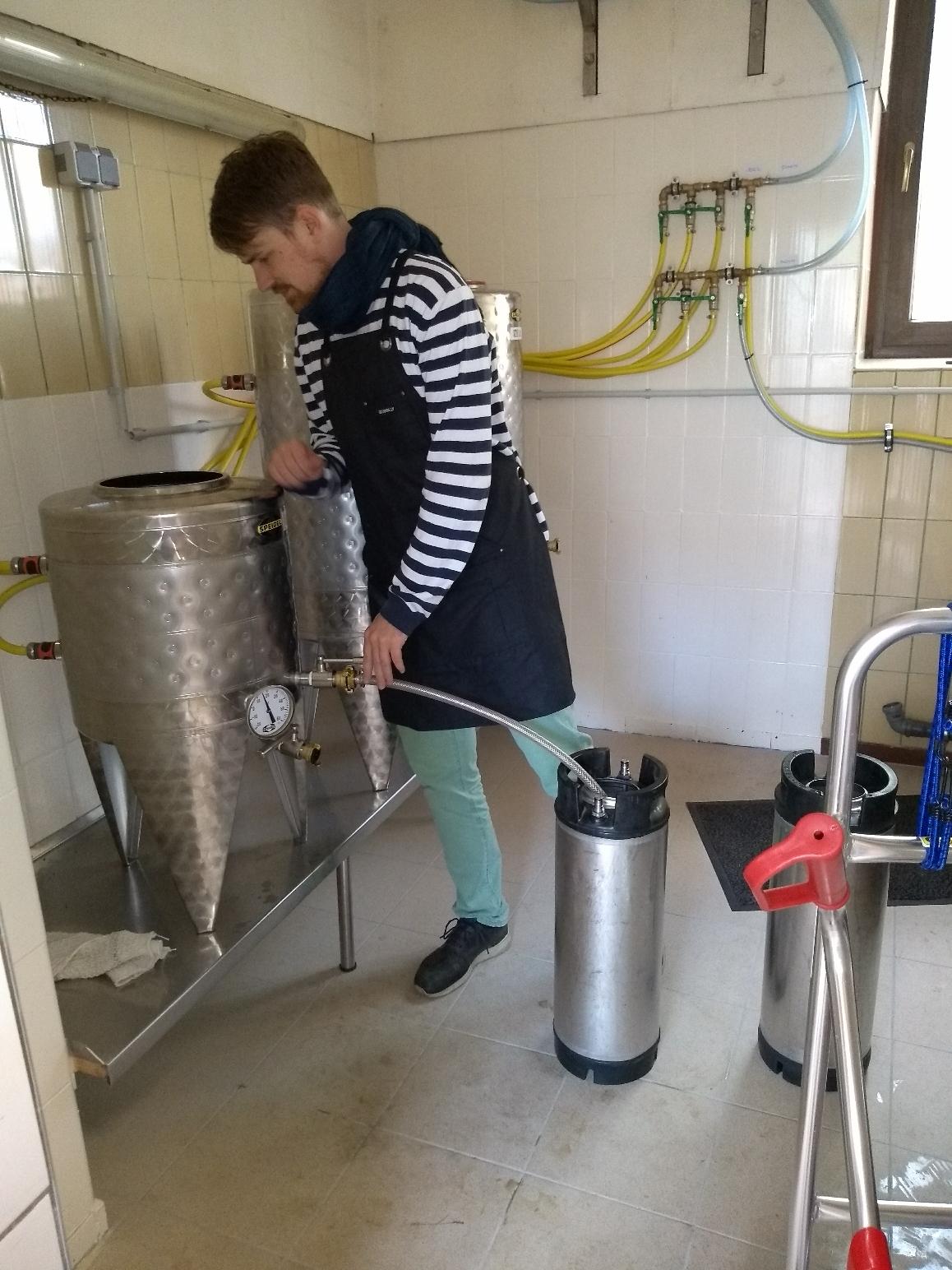 viele Schritte sind notwendig bis das Bier ins Fass kommt..
