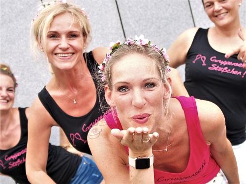 Freundinnen beim JGA Gruppen Fotoshooting, machen Kusshand in duesseldorff