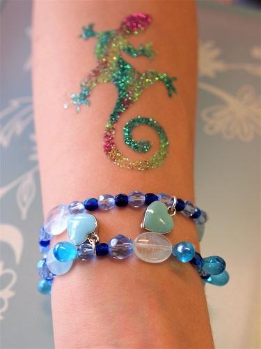Kinder Armband Workshop, Arm mit armband und Herzen