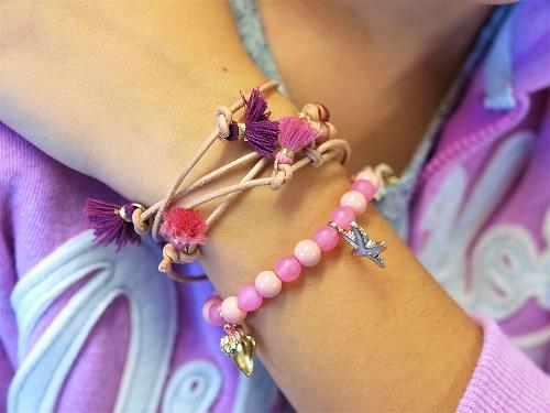 Kindergeburtstag feiern Düsseldorf Mädchen bastelt Perlen Schmuck