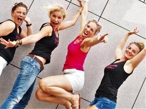 Junggesellinnenabschied, springende Junggesellinnen beim Gruppen fotoshooting