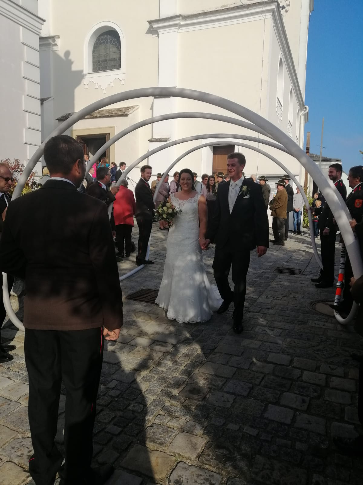 Das Brautpaar passiert den Schlauchtunnel.