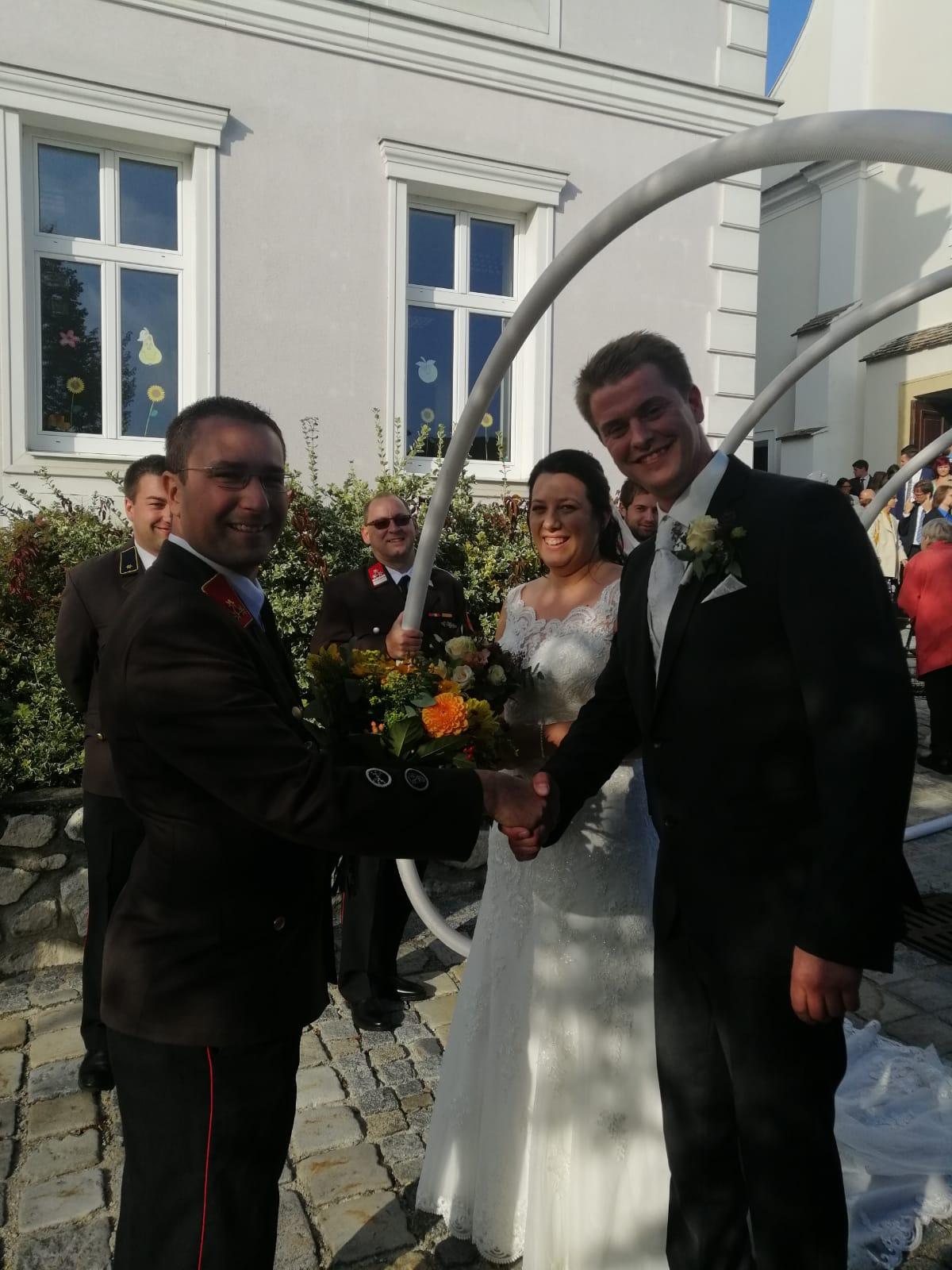 HBI Ronald Habermann gratulierte dem frisch vermählten Brautpaar.