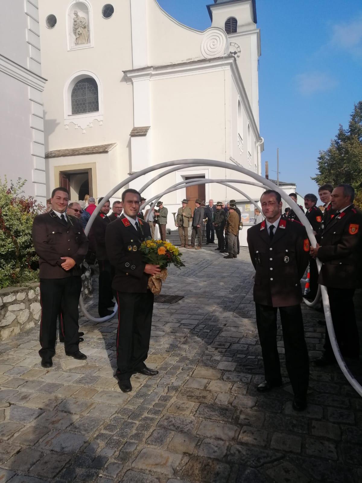 Vor der Kirche bauten die Kameraden einen Schlauchtunnel für Braut und Bräutigam auf.