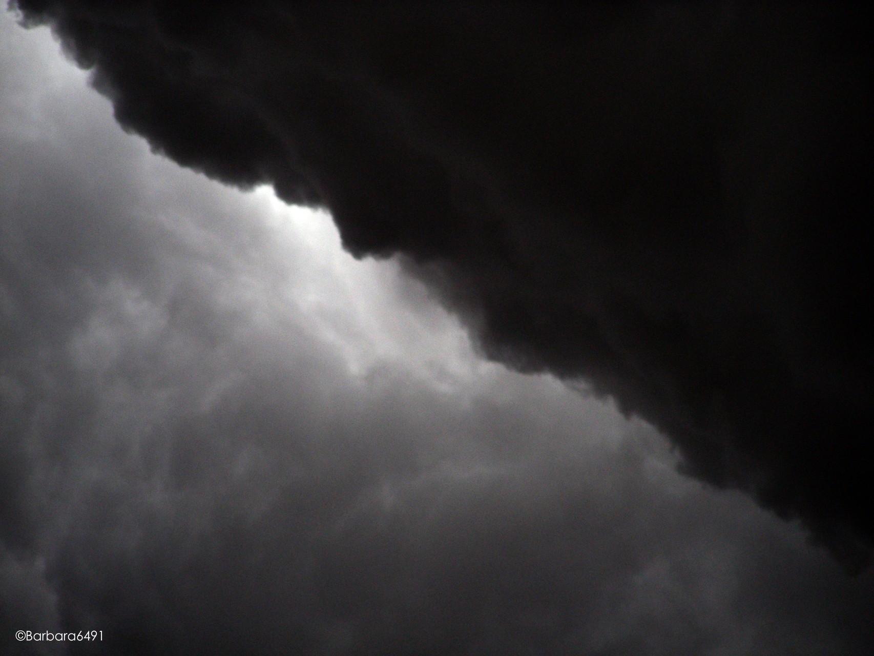 Wolkendunkel verschlingt das Licht