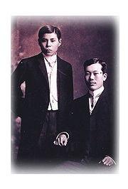 来日時期のクォンデ候(左)とチャウ氏