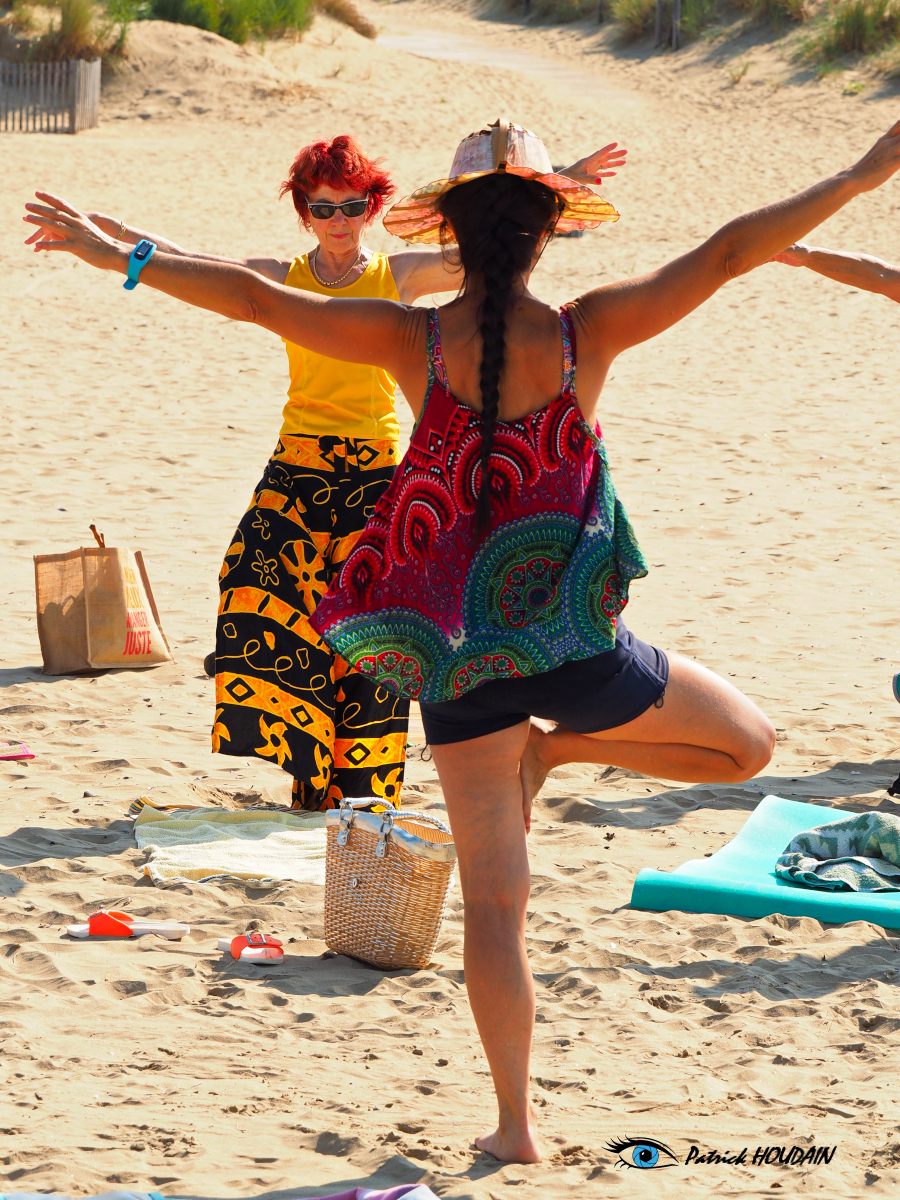 Qi gong yoga : posture de l'envol de la mouette. Photographe Patrick HOUDAIN