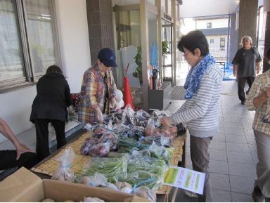 有機栽培された野菜は公民館で地域の方々に販売