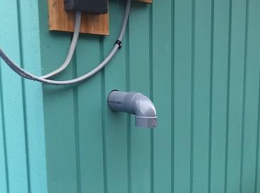 排気管を小屋の外から見たところ