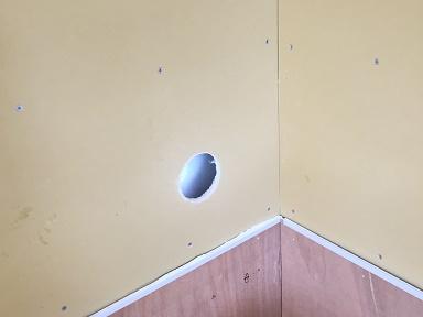 生ごみ処理機の排気は壁の穴から外に排出します