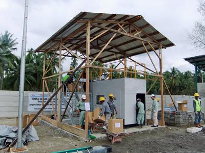 こちらは仮の設置場所だそうですが、大きな屋根が作られ、スコールから装置を守ります