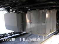 車両の床下に搭載されたバイオ式屎尿処理槽。 ※処理槽表面には風雪による氷が付着しています。
