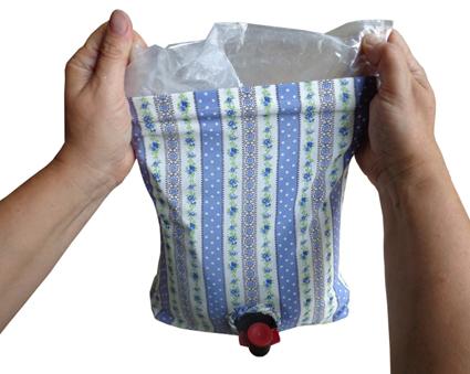 Beutelfalten des Getränkebeutels nach hinten hin glätten und in den Bag schieben.