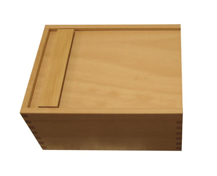 Die ZapfBOX auf die Vorderseite legen und die Rückwand öffnen.