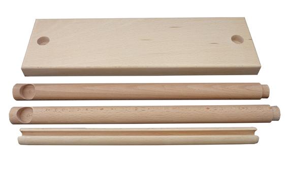 Freisteller in Einzelteilen: Grundplatte, Seitenhölzer, Querholz.