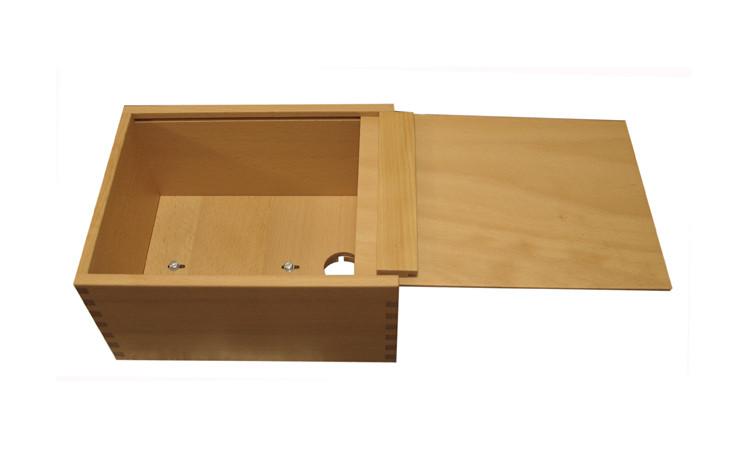 Die Box so an eine Tischkannte legen, dass der Zapfhahndurchlass freiliegt.