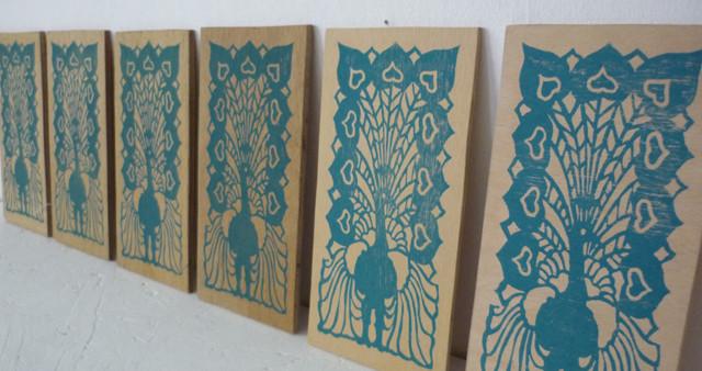 Holzfliese Pfau, Linoldruck nach Artdeko- Fliese auf Holz, 2015