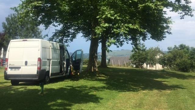 Transporter, Camping, Urlaub, Vanlife, freaky finance, Campingplatz, Rasen, Bäume, Berge