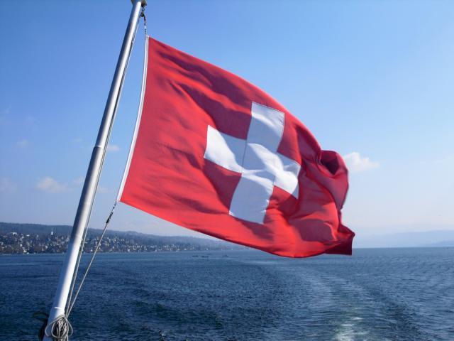 freaky finance, freaky travel, Zürich, Schweiz, Flagge, Gastartikel, Zürichsee, Wasser, Ufer, Häuser, Boot, Kapitän
