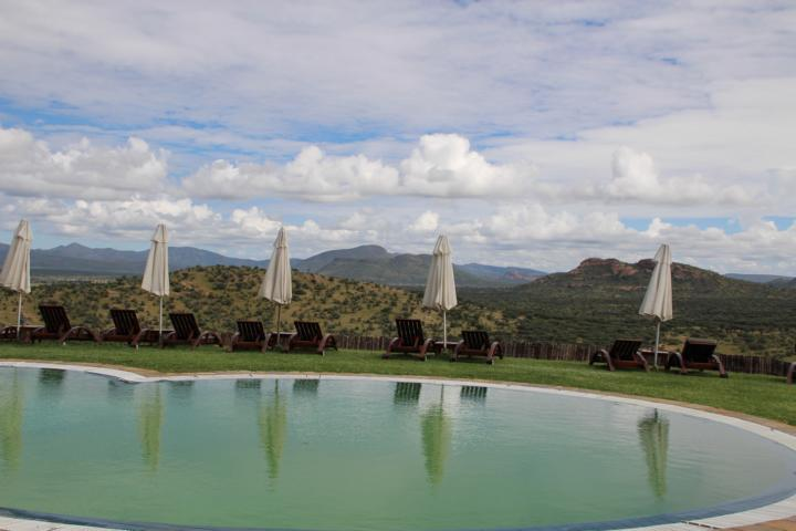 freaky travel, Gastartikel, Reiseberichte, Afrika, Namibia, Gocheganas Nature Reserve, TOP, Tipps, Orte, Stadt, freaky finance, Pool, Sonne, Natur, Sonnenschirm